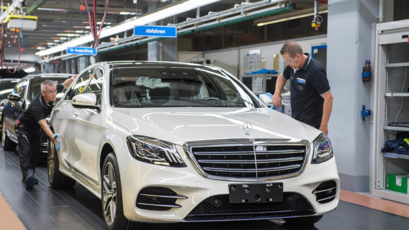 Angajații uzinelor Mercedes