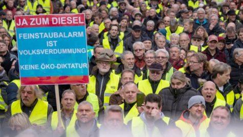 Nemții au ieșit în stradă după ce autoritățile au interzis mașinile diesel vechi